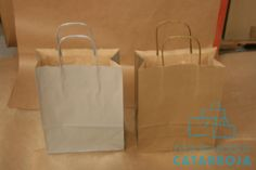 Bolsas de papel efímeras con asa rizada.
