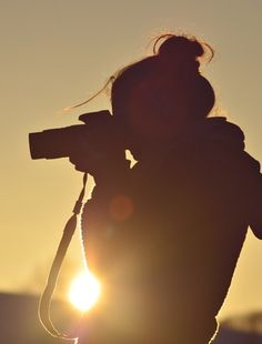photographer with camera - silhouette Girl Photography Poses, Creative Photography, Photography Camera, Hipster Photography, Night Photography, Girls With Cameras, Photo Instagram, Taking Pictures, Belle Photo
