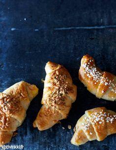 Leivo aamupalaksi tai kahvipöytään ihanat juustosarvet. Lähes samalla vaivalla voit tehdä puolet sarvista makealla täytteellä. Hot Dog Buns, Hot Dogs, Food Inspiration, Bread, Cookies, Baking, Desserts, Foods, Koti
