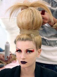 Voici l'une des coiffures portées par les « fleurs » lors du défilé Christian Dior Hiver 2010. La différence avec les autres, c'est cette boule de cheveux au dessus de la tête qui se termine par une sorte de palmier. Qu'en dites-vous ? #christiandior #hair #coiffure #style