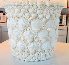 usar as conchas do mar na sua decoração, dicas Beautiful Seashell Mosaic Plant Pot - talk about patience! - definitly a labor of love!Beautiful Seashell Mosaic Plant Pot - talk about patience! - definitly a labor of love! Seashell Art, Seashell Crafts, Beach Crafts, Diy And Crafts, Seashell Projects, Mosaic Flower Pots, Mosaic Garden, Shell Decorations, Coastal Decor