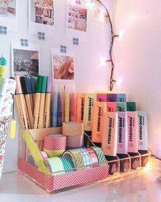 """Polubienia: 3,731, komentarze: 34 – Pudra (@pudratadinda) na Instagramie: """"Artık post atma vaktim geldi diye düşünüyorum merhaba arkadaşlar okulların açılmasını…"""" Stabilo Boss, Home And Deco, House Goals, Decoration, Room Inspiration, Home Office, Diffuser, Magazine Rack, Back To School"""