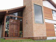 casa Garopaba - fachada com vidro temperado e porta da Indonésia