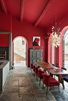 murs de couleur carmin intérieur moderne, plafond rouge, fenetre, lustre. Deco rouge, une touche de design pour un intérieur contemporain ou Vintage