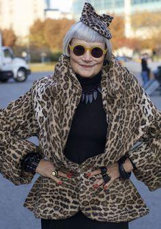 Advanced Style é um blog de moda voltado a mulheres acima dos 60 anos. É um excelente trabalho produzido pelo fotógrafo Ari Seth Cohen, que sai às ruas de Nova York, clicando apenas idosas apaixona…