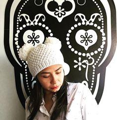 cappellino di lana bianco realizzato con ferro circolare, punto chicco di riso con due pom pom, two pom pom hat