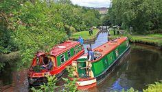 Imagen de dos 'embarcaciones-vivienda' navegando sobre el...