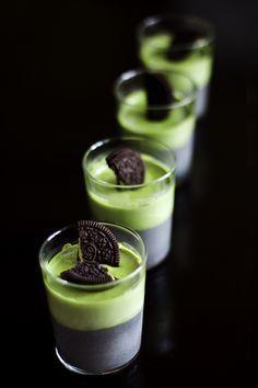 Mesdames et Messieurs, voici la pannacotta orientale à l'état pur! Amateurs de desserts asiatiques, cette recette est pour vous :-) Un oréo chinois posé au fond d'une verrine, et recouvert d'une crème au sésame noir, recouverte d'un second oréo, recouvert d'une cr