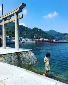 #恵比寿神社 の #鳥居 は、ほぼ #海 の上。この鳥居につかまって、好きな人の名前を叫ぶと #想いが叶う とか、叶わないとか(。>∀<。) ・ ・ #とびしま海道 #御手洗 #とびしま #御手洗 #mitarai #tobishima #goとびしま #御手洗地区 #sea #shrine