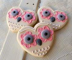 galletas de buho - not everything for #halloween has to be scary. Heart shaped dia de los muertos cookies.