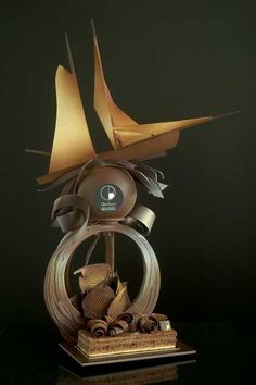 nougatine showpieces - Google Search Chocolate Quotes, Chocolate Lovers, Pulled Sugar Art, Chocolate Centerpieces, Chocolate Showpiece, Chocolate Work, Cake Works, Food Sculpture, Chocolates