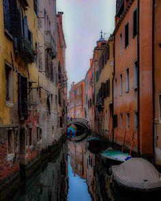 Venezia...Bella! #venice #venezia #wanderlust #italia #italy #water #gondola #canal #worldbeauty #gratitude #gratefulfortheopportunity #seetheworld #travel #travelordie #travelphotography #boat #boats