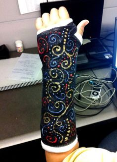 cool cast art 19 Cool cast art is a small reward for the pain these people mustve gone through Photos) Broken Arm Cast, Broken Foot, Broken Wrist, Decorated Crutches, Cast Covers Arm, Leg Cast, Cast Art, Cool Diy Projects, Art Projects