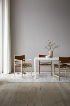 Shop the Spanish Dining Chair and more contemporary furniture designs by Fredericia Furniture at Haute Living. Design Minimalista, Interior Minimalista, Minimalist Interior, Minimalist Decor, Dining Room Furniture, Dining Chairs, Furniture Stores, Gold Chairs, Furniture Websites