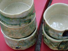 Vijf  theekoppen bestemd voor een Japanse theeceremonie. Ze zijn gemaakt in opdracht en daadwerkelijk gebruikt in een ceremonie.