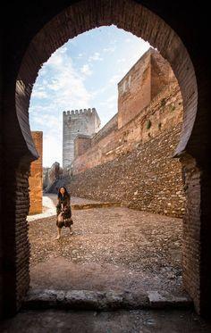 Puerta de la Alhambra por donde circulaban las rondas de los guardias. Alhambra Spain, Andalusia Spain, South Of Spain, Moorish, Spain Travel, Malaga, Countryside, Scenery, Places To Visit