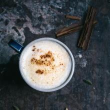 Golden Turmeric Latte - tibits - Vegetarian Restaurant Bar Take Away Catering Curcuma Latte, My Favorite Food, Favorite Recipes, Buffet, After Work Drinks, Pressed Juice, Soy Milk, Mets, Spice Mixes