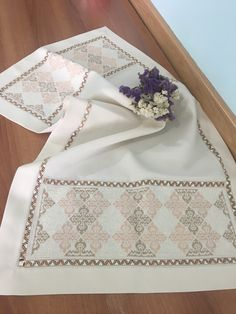 Gülay çakır Embroidered Bedding, Drawn Thread, Crochet Tablecloth, Bargello, Lace Embroidery, Textile Design, Save Yourself, Diy And Crafts, Cross Stitch