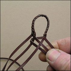 Un excelente tutorial que en este caso demuestra la técnica empleada para confeccionar una trenza de 6 tientos redonda. ...