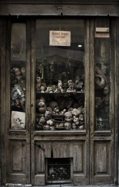 Abandoned store in Rome. K THIS is just scary. Abandoned Mansions, Abandoned Buildings, Abandoned Places, Abandoned Castles, Haunted Images, Little Shop Of Horrors, Bizarre, Creepy Dolls, Old Houses
