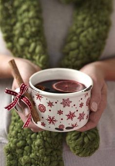 Gluhwein- one of my favorite holiday drinks (contains alcohol). > Regardless if we use this recipe, the cinnamon stick on the cup is adorbz German Christmas, Christmas Love, Country Christmas, Winter Christmas, Christmas Kitchen, Christmas Photos, Ponche Navideno, Decor Inspiration, Christmas Inspiration