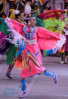 Fancy shawl dancer in pink at 2015 Gathering of Nations pow wow Native American Regalia, Native American Dress, Native American Pictures, Native American Beauty, Indian Pictures, Fancy Shawl Regalia, Powwow Regalia, Jingle Dress, Up Book