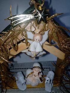 Sagrada Familia made in china.  2017.  La casita y el ángel son de fabricación casera.  Ovejitas de plástico.