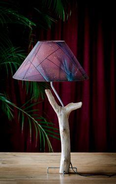 Lampe en bois flotté fait maison, et chapeau décoré par un artiste peintre