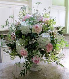 Flowers in urn. White Floral Arrangements, Flower Arrangements, Big Flowers, Wedding Flowers, Table Dressing, Urn, Bouquets, Floral Design, Centerpieces