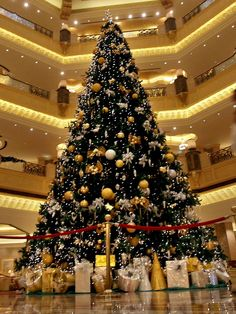 The most expensive Christmas tree ever (11 million) was on display last year at the Emirates Palace Hotel in Abu Dhabi ♥ Joyeux Noël @}-,-;--