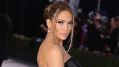 Actress-singer Jennifer Lopez and basketball icon Alex Rodriguez are planning a summer wedding. Jennifer Lopez, Jennifer Garner, Alex Rodriguez, Chunky Highlights, Blonde Highlights, Rock Style, Jeans Trend, Aubrey Plaza, Richard Gere