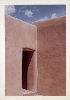 Photograph of Georgia O'Keeffe's Abiquiu house, New Mexico. Georgia O'keefe Art, O Keeffe Paintings, Alfred Stieglitz, Tadelakt, Art Institute Of Chicago, Color Theory, New Mexico, American Artists, Santa Fe