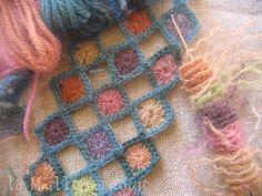 """Little Grannies """"réalisés en un fil de laine Colbert,  ils attendent à la queue leu-leu. Un détour vers le site des Granni Mania  risque de vous être fatal, les gilets légers inspirés de Sophie Digard, les écharpes transparentes et autres merveilles... """""""