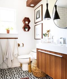 This weeks favorites are up on Beckiowens.com!! Amazing black, white + warm bathroom @place_ofmy_taste ❤️