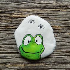 Happy Frog Painted Rock, Decorative Accent Stone, Paperweight by HeartandSoulbyD… Happy Frog Rock, piedra decorativa decorativa, pisapapeles de HeartandSoulbyDeb en Etsy Painted Rock Animals, Painted Rocks Craft, Hand Painted Rocks, Rock Painting Patterns, Rock Painting Ideas Easy, Rock Painting Designs, Pebble Painting, Pebble Art, Stone Painting