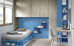 Habitación con cama, armario puente y escritorio.
