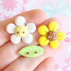 Hi everyone! Here's some spring inspired charms I made for a little collab I did with some other amazing crafters! I decided to make a kawaii daisy, sunflower and a little leaf as well to go along with them! The leaf was made using a Martha Stewart mold Don't forget to check out the other members accounts to see what they made: @the_mini_bakery @whenlaurameetsclay @super.sweet.charms @marylovesclay @shymori Hope you like them! ✌ #polymerclay #polymer #clay #cute #kawaii #dai...