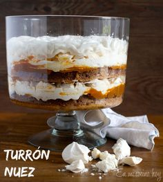 Layers of soft walnut cake, dulce de leche and meringue. A sweet traditional Chilean cake. Meringue Desserts, Meringue Cake, Trifle Desserts, Delicious Desserts, Dessert Recipes, Chilean Recipes, Chilean Food, Pavlova Recipe, Houston Food
