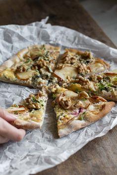 HVIT PIZZA MED BLÅMUGGOST OG PÆRE — BORDFOLK Vegetable Pizza, Dinner, Vegetables, Desserts, Recipes, Food, Recipies, Dining, Tailgate Desserts