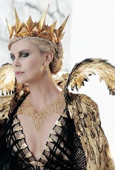 Ravenna, the Evil Queen in The Huntsman: Winter's War Colleen Atwood is so incredibly talented as a costume designer, her work is so beautiful. Charlize Theron, Queen Ravenna, Colleen Atwood, Evil Queens, Fantasy Costumes, Cosplay, Red Queen, Movie Costumes, Tiaras And Crowns