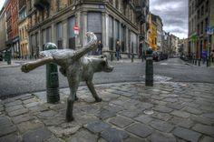 De plassende beeldjes in Brussel zijn de hond: Zinneken Pis gelegen aan de Kartruizersstraat in de Dansaertwijk, Het Manneken Pis op de hoek van de Stoofstraat in het centrum en Jeanneken Pis het vrouwelijke plassende beeldje gelegen in de Getrouwheidsgang in de Beenhouwersstraat