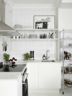 estantería de acero en la cocina pequeña moderna