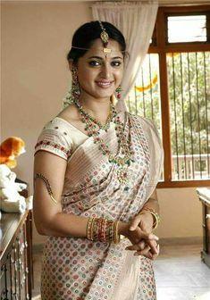 Anushka Loves Hot Looking Photos of Anushka Shetty in Saree Beautiful Girl Indian, Most Beautiful Indian Actress, Beautiful Saree, Beautiful Actresses, Beautiful Ladies, Beauty Full Girl, Beauty Women, Sonam Kapoor, Deepika Padukone