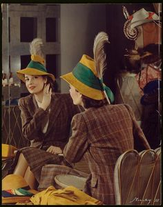 1938 A young woman in a feathered hat checks her reflection in a large mirror. The image was used on the cover of McCall's magazine. (Photo by Nickolas Muray/George Eastman House/Getty Images) Moda Retro, Moda Vintage, Vintage Glamour, Vintage Ladies, Vintage Hats, Vintage Purses, 1930s Fashion, Vintage Fashion, Victorian Fashion