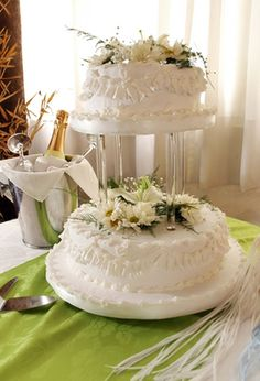 Cake Ideas - a classic cake with simple flower decoration.  That's Smart... and Smashing!