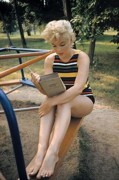 1954 : Marilyn Monroe reads Joyce's Ulysses at the playground, Long Island, New York shot by Eve Arnold. As it turns out she really was reading the book when the photographer took this picture.