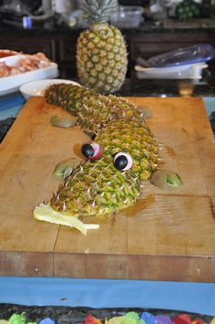 Alligator Made of Pineapple.....great way to use after cutting of skins!