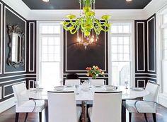 Décoration salle à manger en noir et blanc avec lustre vert lime