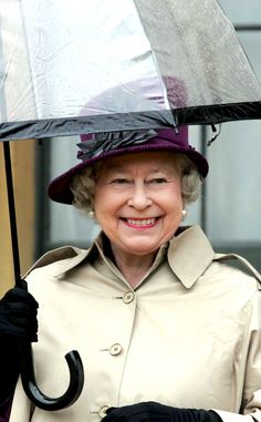 Delightful Drizzle from Reign-y Day Style! Green Queen, Hm The Queen, Royal Queen, Her Majesty The Queen, Save The Queen, Celebrity Gossip, Celebrity News, British Royal Families, British Family