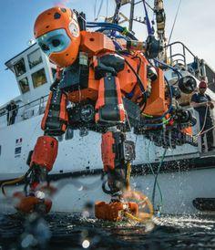 C'est le futur de l'archéologie sous-marine. Avec ses six doigts (trois à chaque main) et ses hélices, cet androïde est capable de fouiller, étudier et explorer une épave aussi bien que le ferait un plongeur. Mais lui n'est pas obligé de remonter à la surface pour respirer…
